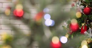Nahe hohe Szene des Weihnachtsbaums mit Verzierungen stock footage