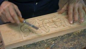 Nahe hohe Wanne eines Holzschnitzerarbeitens stock video footage