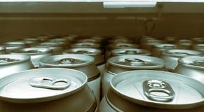 Nahe hohe Zoomaufnahme von Dosen des Bieres und des alkoholfreien Getränkes in Frost gekühltem Regal Einfarbiger Metallfarbton lizenzfreies stockbild