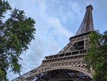 Nahe oben breite Ansicht des Eiffelturms in Paris Frankreich lizenzfreies stockfoto