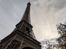 Nahe oben breite Ansicht des Eiffelturms in Paris Frankreich stockfotografie