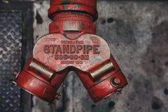 Nahe oben Draufsicht eines roten Hydranten auf einer Straße in New York, lizenzfreies stockfoto
