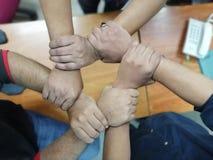 Nahe oben Draufsicht von den jungen Leuten, die ihren Händen zusammen sich anschließen Konzept sich anschließen Drastischer Verar stockfoto