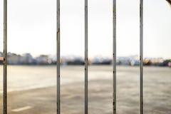 Nahe oben weiße Barrikade in der Stadt lizenzfreie stockfotografie