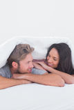 Nahe Paare unter der Abdeckung Lizenzfreies Stockfoto