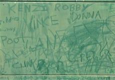 Nahe Platten-große grüne Graffiti bedeckten elektrischen Anschlusskasten stockfotografie
