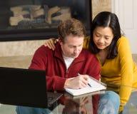 Nahe reife Paare, die von ihrem Haus arbeiten Stockfoto