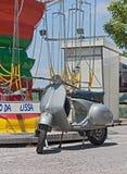 Nahe Schwingenfahrt des alten Rollers Lizenzfreies Stockfoto