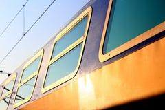 Nahe Seitenansicht eines blau-gelben Zugs Lizenzfreie Stockfotos