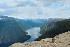 Nahe zur Zunge der Schleppangel (norw Trolltunga), das einer der populären Anblickplätze in Norwegen ist Stockfotos
