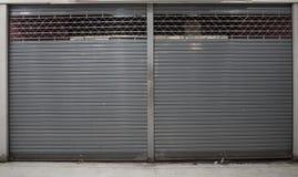 Naher Fensterladen oder rollende Tür des Geschäftshintergrundes mit Kopienraum stockfotografie