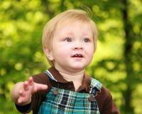 Naher Fokus auf dem Gesicht eines Kleinkindjungen Stockfotos