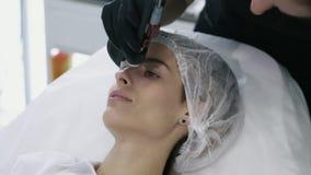 Naher hoher Cosmetologist mit spezieller Ausrüstung tut Laser-Verfahren für Abbau von Blutgefäßen auf dem Gesicht des Mädchens stock video