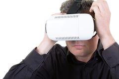 Naher hoher Mann im Kopfhörer 3d etwas aufpassend faszinierend und überraschend beim Erfahren von Gläsern vr der virtuellen Reali lizenzfreie stockbilder