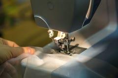 Naher hoher Mechanismus des Nähmaschinefußes mit Nadel und Faden lizenzfreies stockfoto