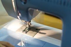 Naher hoher Mechanismus des Nähmaschinefußes mit Nadel und Faden stockbild