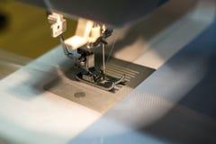 Naher hoher Mechanismus des Nähmaschinefußes mit Nadel und Faden stockfotografie