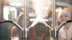 Naher hoher Schuss der rauchenden Huka stock footage