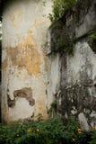 Naher hoher Schuss des Mediums des alten Schutzeckenturms an Kolonialzeit p Stockfotografie