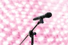 Naher hoher Schuss des Mikrofons auf schönem romantischem oder Funkeln des Unschärfeherz bokeh Rosahintergrundes beleuchtet weich lizenzfreie stockfotografie