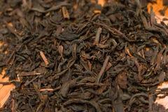 Naher hoher Schuss des trockenen schwarzen Tees stockbild