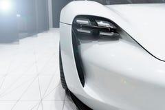 Naher hoher SCHUSS: Scheinwerfer des modernen prestigevollen Autos mit len Aufflackerneffekt Konzept von teurem - Sportauto lizenzfreie stockfotografie