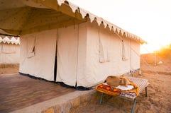 Naher hoher Schuss von Schweizer Zelten in jaisalmer Wüste lizenzfreie stockbilder