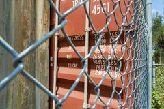 Naher hoher Sicherheitszaun der Versandverpackung lizenzfreie stockfotografie