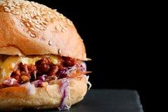 Naher oben geschmackvoller Burger mit Rindfleischk?se und -gem?se stockfotografie