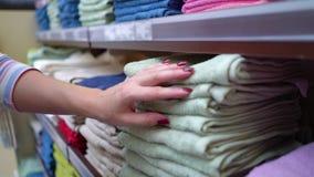 Naher Shop der kaukasischen Frau legt das Wählen des Tuches in der Speichernahaufnahme beiseite stock video