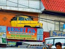 Naherfst die van een 1955 Chevy Bel Air, uit een bakstenen muur hangen Stock Afbeeldingen