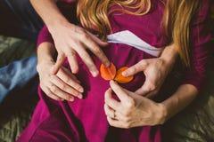 Nahes Bild der schwangeren Frau Stockfoto