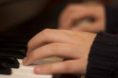 Nahes Bild von den Fingern und vom Klavier Lizenzfreie Stockfotografie