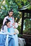 Nahes Freundinnen bestie im chinesischen traditionellen alten Kostüm Stockbilder