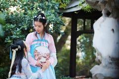 Nahes Freundinnen bestie im chinesischen traditionellen alten Kostüm Stockfotos