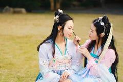 Nahes Freundinnen bestie im chinesischen traditionellen alten Kostüm Lizenzfreies Stockfoto