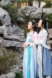 Nahes Freundinnen bestie im chinesischen traditionellen alten Kostüm Lizenzfreie Stockfotografie