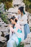 Nahes Freundinnen bestie im chinesischen traditionellen alten Kostüm Stockfoto