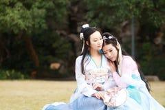 Nahes Freundinnen bestie im chinesischen traditionellen alten Kostüm Lizenzfreie Stockfotos