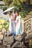 Nahes Freundinnen bestie im chinesischen traditionellen alten Kostüm in einem Garten Stockbilder