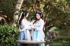Nahes Freundinnen bestie im chinesischen traditionellen alten Kostümchat-Gesprächslachen Lizenzfreie Stockfotos