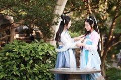 Nahes Freundinnen bestie im chinesischen traditionellen alten Kostümchat-Gesprächslachen Stockbilder