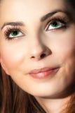 Nahes Gesicht der netten jungen Frau, die oben schaut Lizenzfreie Stockfotos