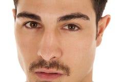 Nahes Gesicht des Mannes ernst Stockbilder