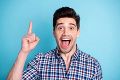 Nahes hohes überraschendes Foto er er sein Macho gewundert herauf Mund-Zeigefinger-Spitzenfeedbackempfehlung des leeren Raumes di lizenzfreies stockbild