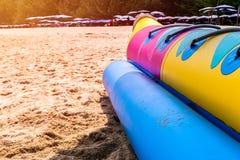 Nahes hohes Banane Boot am Strand stockbilder