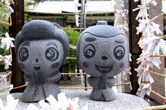 Nahes hohes Bild der kleinen Steinstatue Ohatsu und Tokube am Tsuyunoten-Schrein in Osaka stockfotos