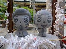 Nahes hohes Bild der kleinen Steinstatue Ohatsu und Tokube am Tsuyunoten-Schrein in Osaka stockfotografie