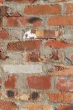 Nahes hohes Bild der Vertikale der Wand des roten Backsteins stockbild