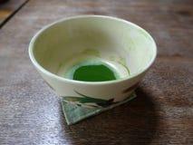 Nahes hohes Bild einer Schale Matcha-Tees auf einem Holztisch lizenzfreies stockfoto
